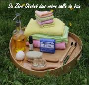 Différents éléments de salle de bains : brosse, serviettes, gants,...